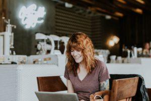 vrouw achter laptop werken