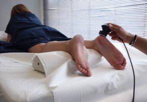 vrouw krijgt high power lasertherapie aan achillespees